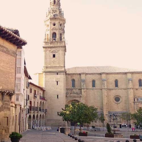 plaza e iglesia de briones